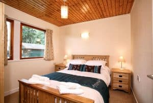 logierait-lodges-double-bed